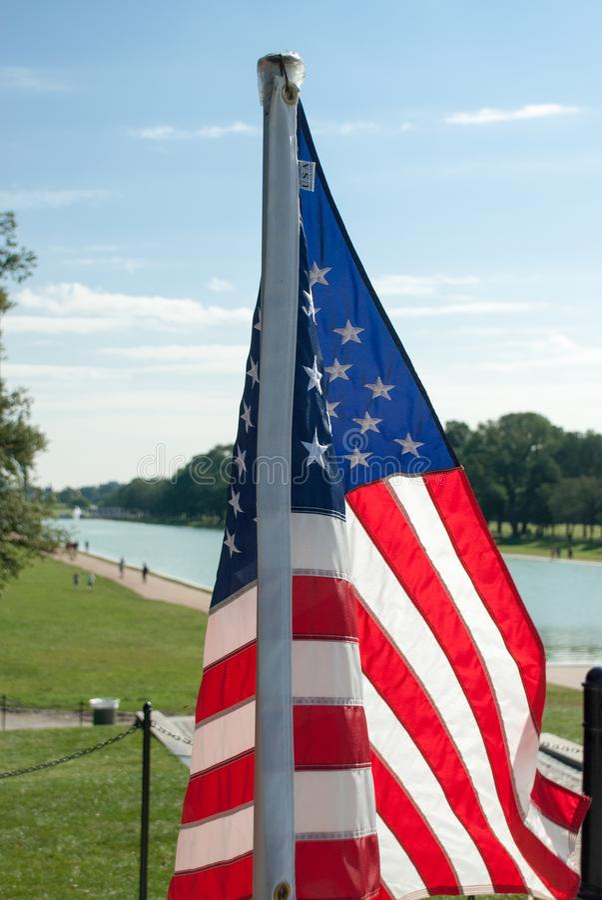 Oss flagga nära Lincoln Memorial Reflecting Pool arkivfoto