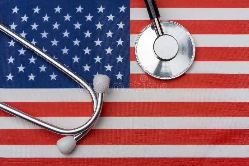 Oss flagga och stetoskop Begreppet av medicin arkivfoton
