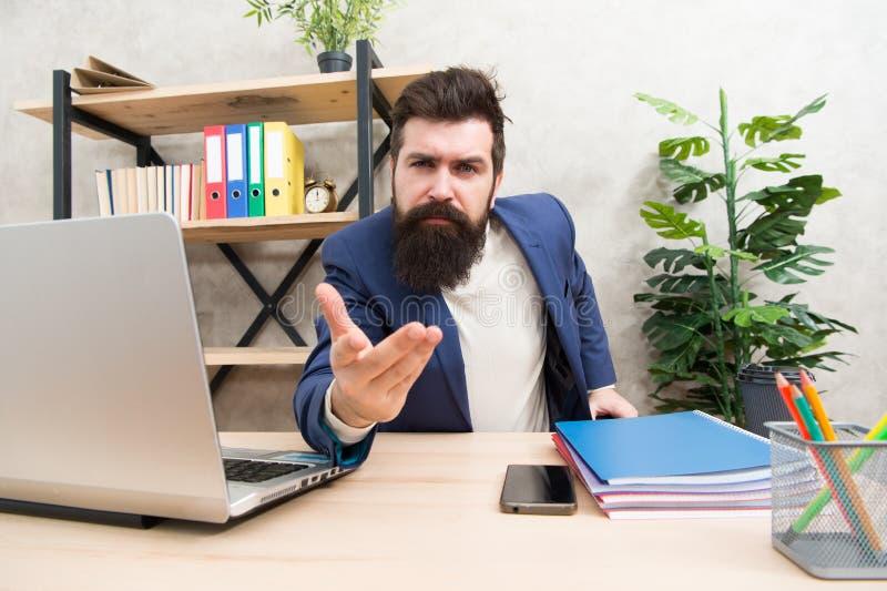 Oss som hyr dig Sitter den skäggiga rekryteraren för mannen kontoret Begrepp för jobbintervju Svarsintervjufrågor Berätta mig omk arkivfoton