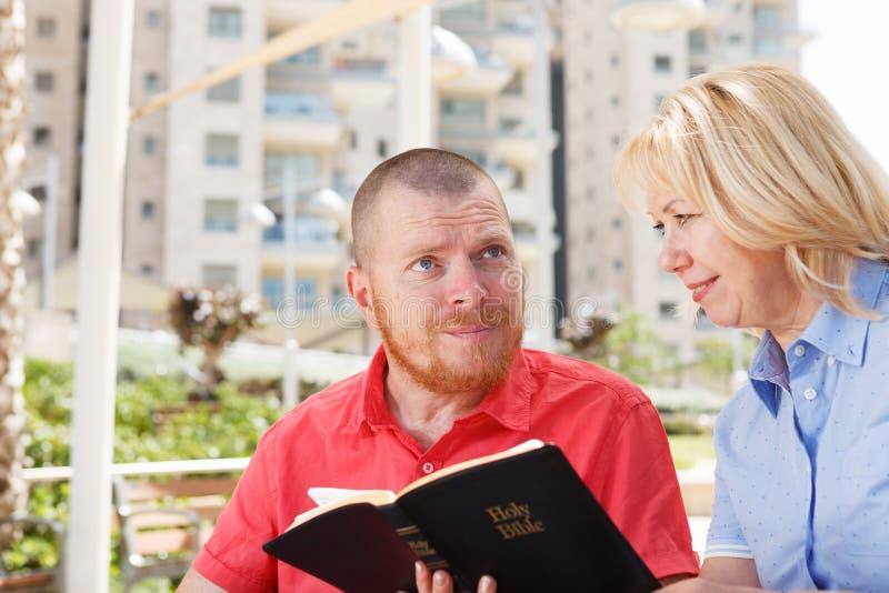Oss som studerar den heliga bibeln arkivfoton