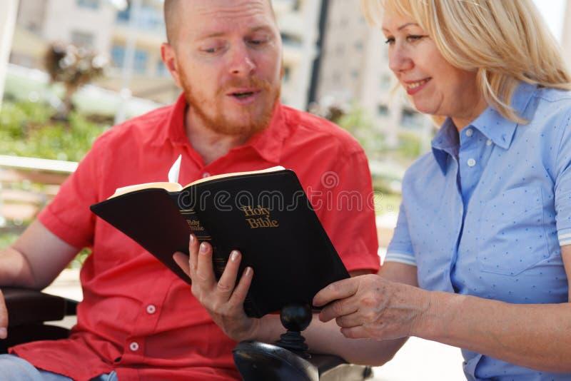Oss som studerar den heliga bibeln arkivbild