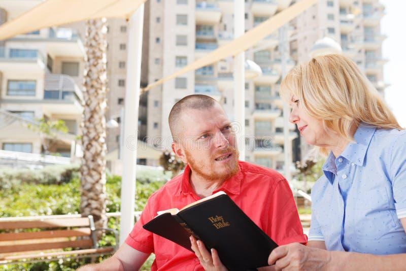 Oss som studerar den heliga bibeln royaltyfri fotografi