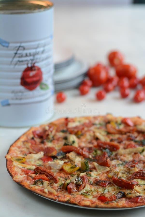 Ossequio sottile della pizza della crosta - cucina italiana fotografia stock