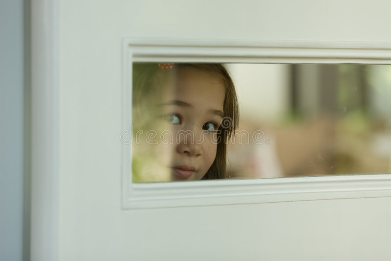 Osservando attraverso una finestra fotografie stock libere da diritti