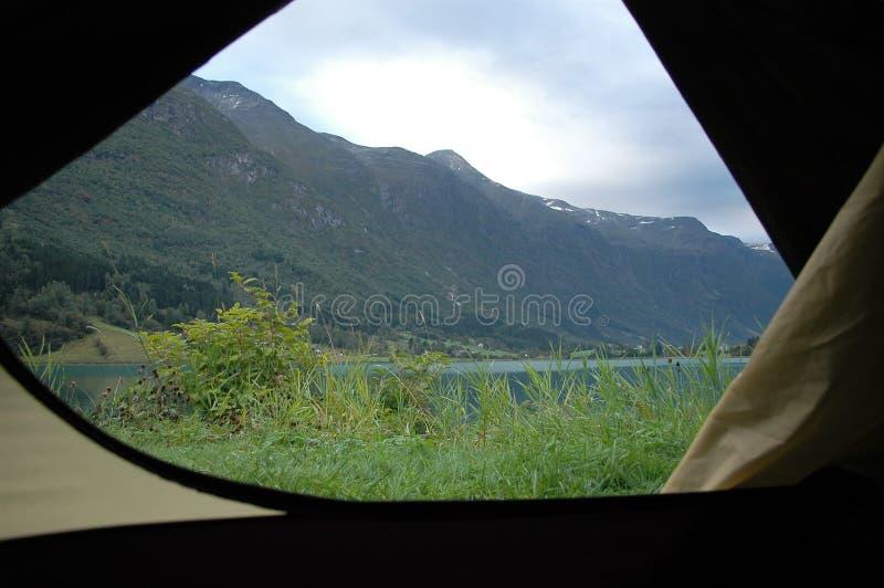 Osservando dalla tenda immagini stock libere da diritti