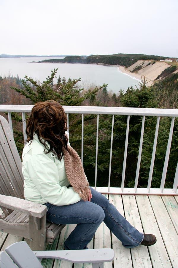 Osservando sopra il patio nell'oceano fotografia stock