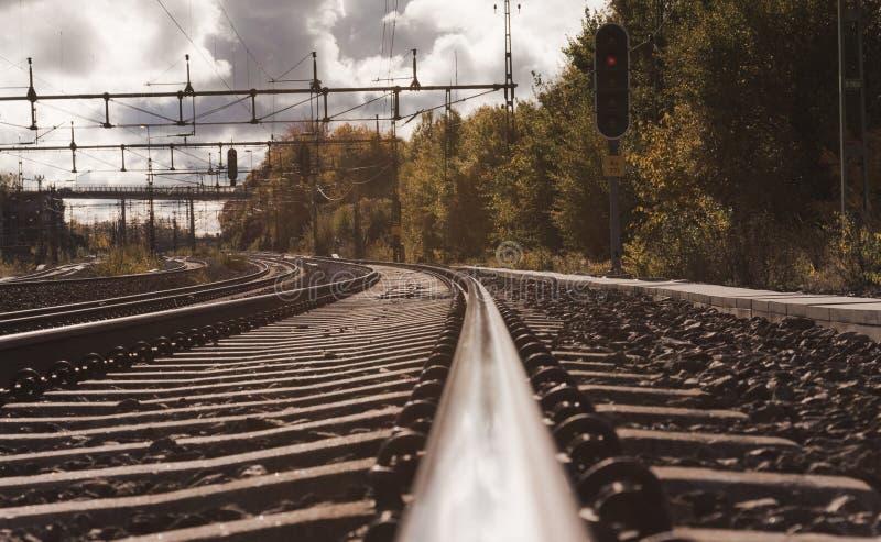 Osservando verso un binario ferroviario fotografia stock libera da diritti