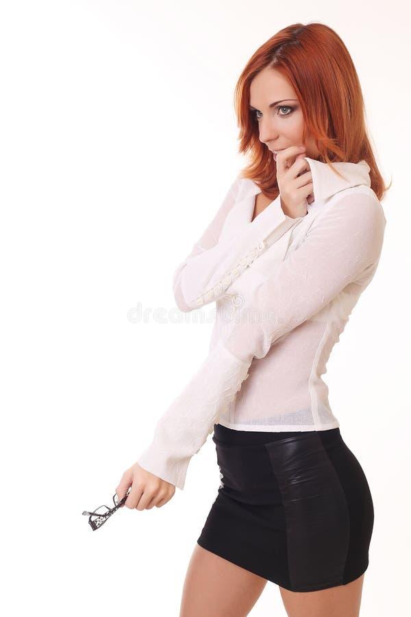 Osservare sorridente di pensiero della donna di affari in su lo spazio della copia Beauti fotografia stock