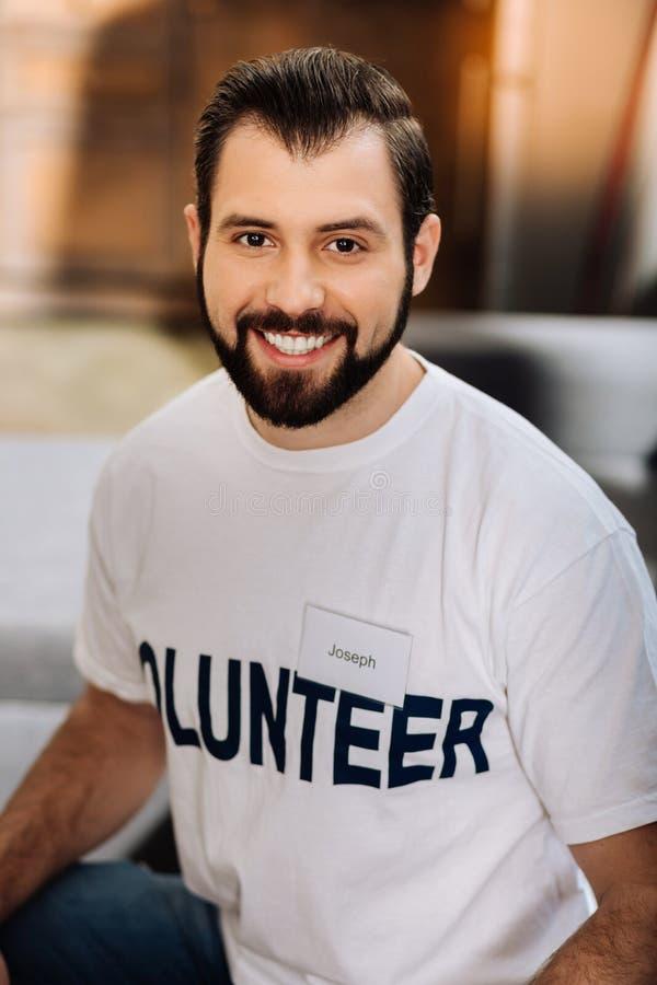 Osservare volontario dei giovani allegri felice mentre essendo il lavoro immagine stock libera da diritti