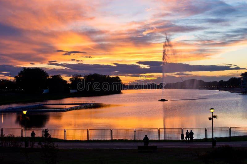 Osservatori di tramonto dal lago fotografia stock