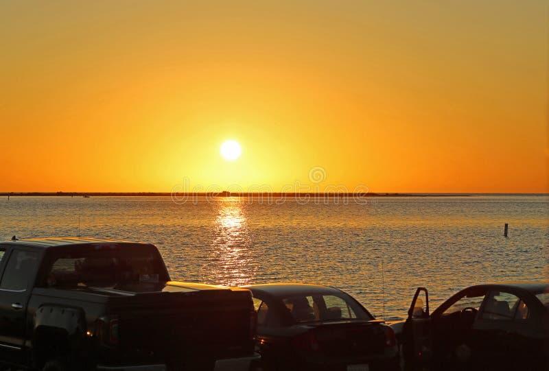 Osservatori di tramonto in loro automobili immagini stock