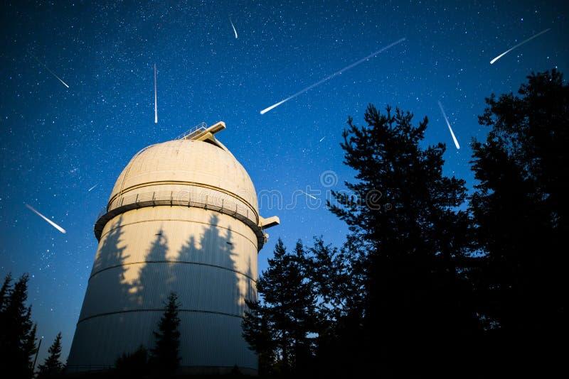 Osservatorio astronomico sotto le stelle del cielo notturno vignette fotografia stock libera da diritti