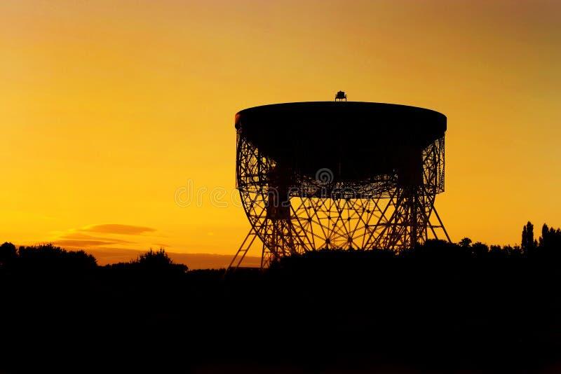 Osservatorio della Banca di Jodrell Lovell Radio Telescope ad alba fotografia stock libera da diritti