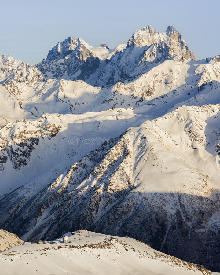 Osservatorio sui precedenti della montagna di Ushba fotografia stock