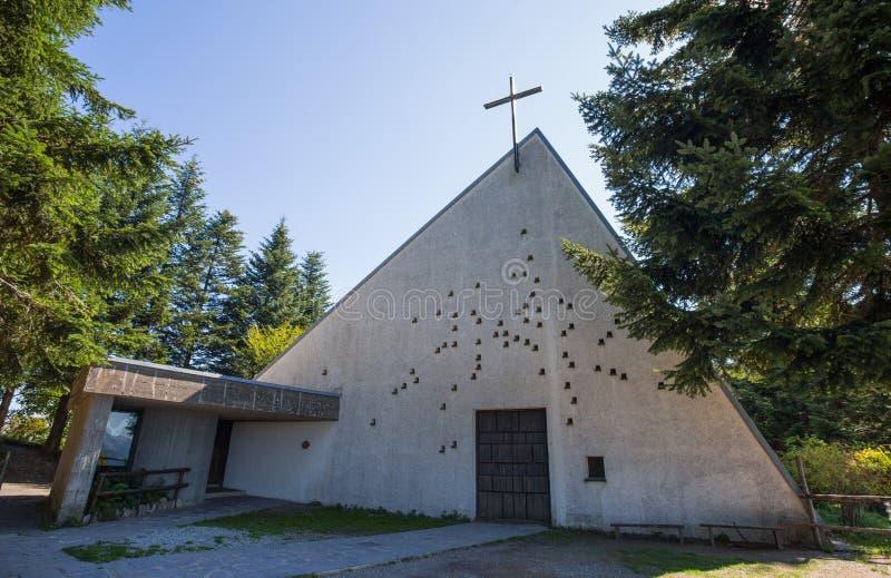 Osservi cercare una chiesa insolitamente progettata e moderna nella via Scene contemporanee della via da Barbagelata Genova, del  fotografia stock libera da diritti