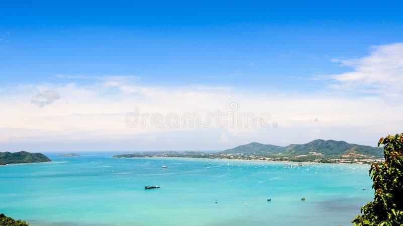 Download Osservi Il Cielo Blu Sopra Il Mare Delle Andamane A Phuket, Tailandia Immagine Stock - Immagine di famoso, crociera: 56889705