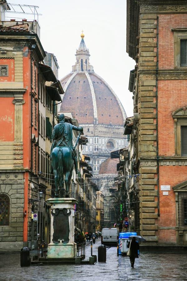 Osservi il duomo della cattedrale da parte a parte via Servi nell'inverno immagini stock libere da diritti