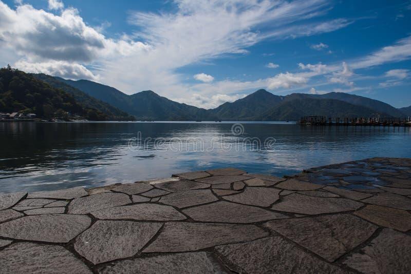 Osservi il lago Chuzenji in autunno, a Oku-nikko, il Giappone immagini stock