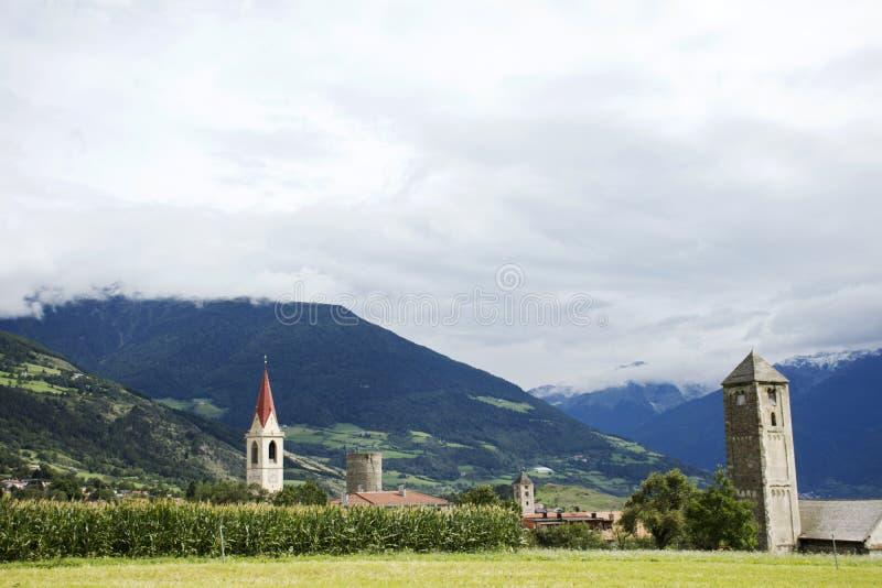 Osservi il paesaggio della città di Silandro del villaggio di Malles Venosta della campagna, Italia fotografia stock libera da diritti