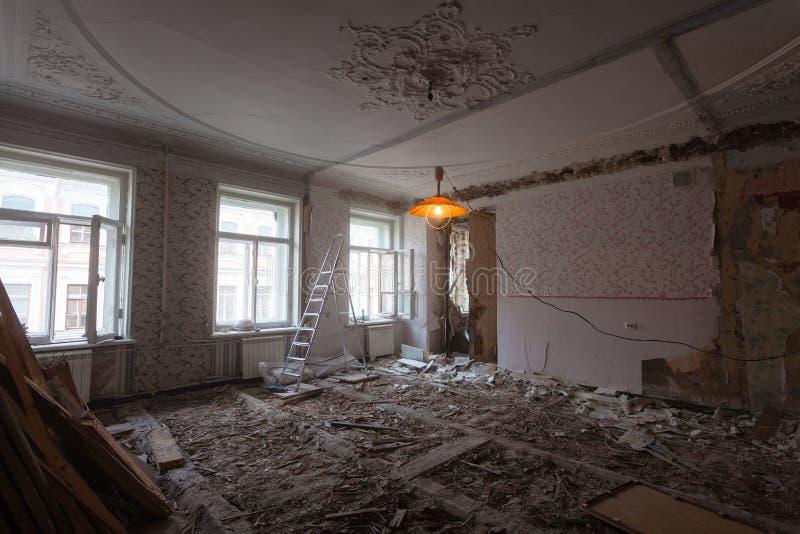 Osservi la stanza d'annata con il lavoro di traforo sul soffitto dell'appartamento durante il rinnovamento, il ritocco e la costr fotografie stock libere da diritti