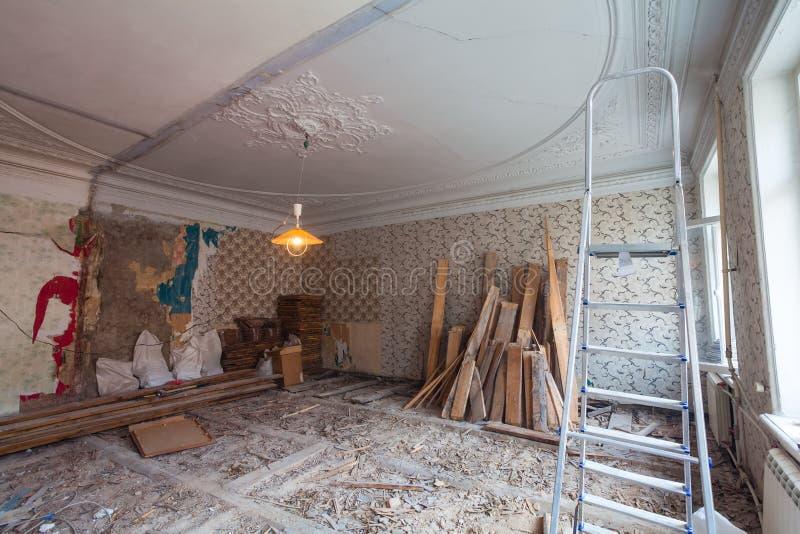 Osservi la stanza d'annata con il lavoro di traforo sul soffitto dell'appartamento durante il rinnovamento, il ritocco e la costr fotografia stock