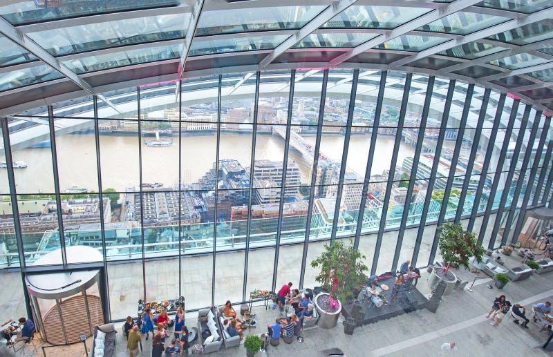 Osservi lo sguardo giù sull'interno del giardino del cielo nella costruzione del walkie-talkie a Londra fotografie stock libere da diritti