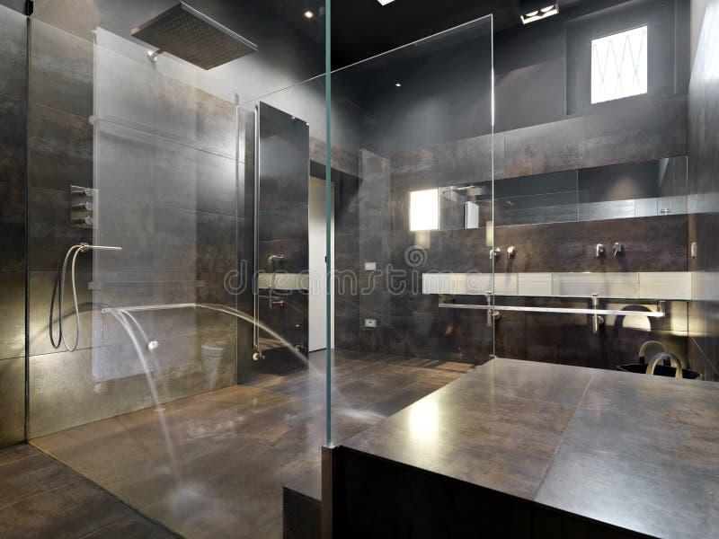 Osservi una grande doccia della muratura nel bagno moderno - Nel bagno della scuola ...
