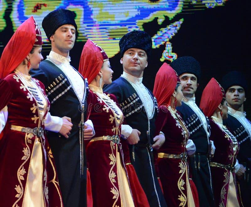 Ossetians Trachtenkleidtanzenim volksgebirgstanz lizenzfreie stockfotografie