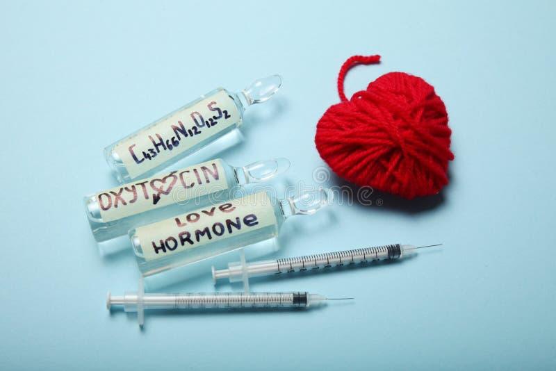 Ossitocina in fiale Faccia diminuire l'ormone ed i sistemi diagnostici Cuore e concetto di amore fotografia stock libera da diritti