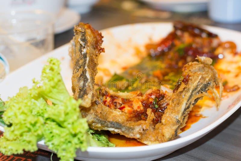 Osso de peixes fritado após comido imagens de stock royalty free