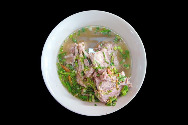 Osso fervido da carne de porco, alimento tailandês em preto isolado foto de stock