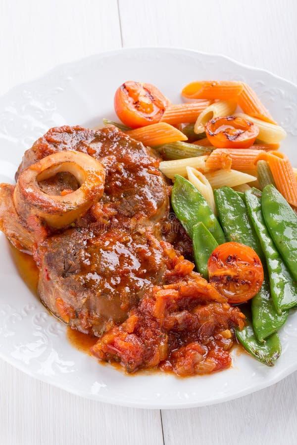 Ossobuco Jambes de veau de ross-coupe de ¡ de Ð braisées avec des légumes image libre de droits