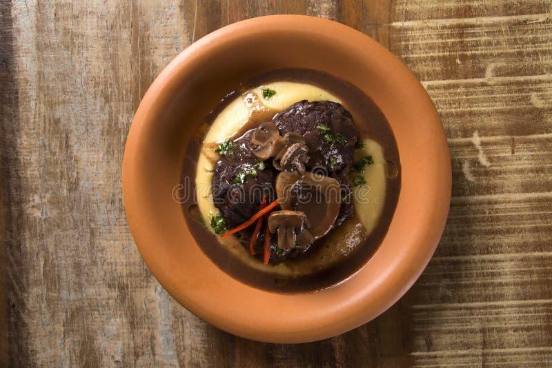 Ossobuco met polenta stock afbeelding
