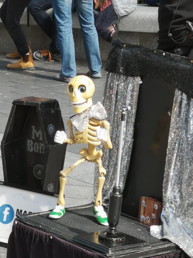 Ossos de Londres do entretenimento da rua imagem de stock royalty free