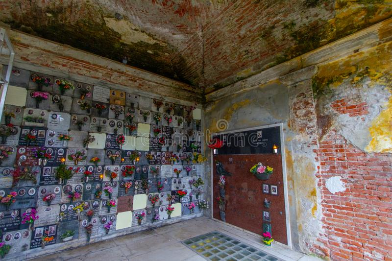 Ossuary av döda döda par arkivbilder