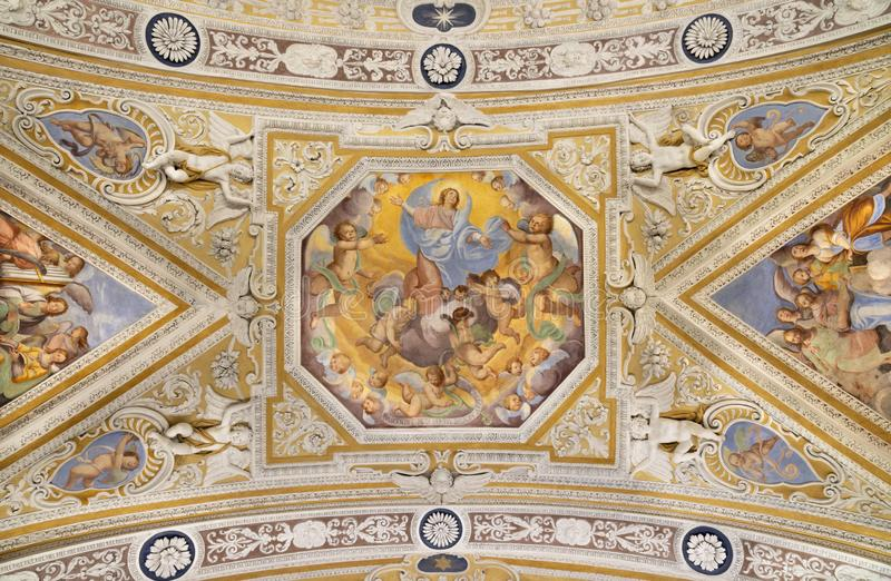 OSSUCCIO, ITALIA, 2015: El fresco barroco de la Asunción de la Virgen María en la iglesia del Sacro Monte della Beata Vergine del fotografía de archivo