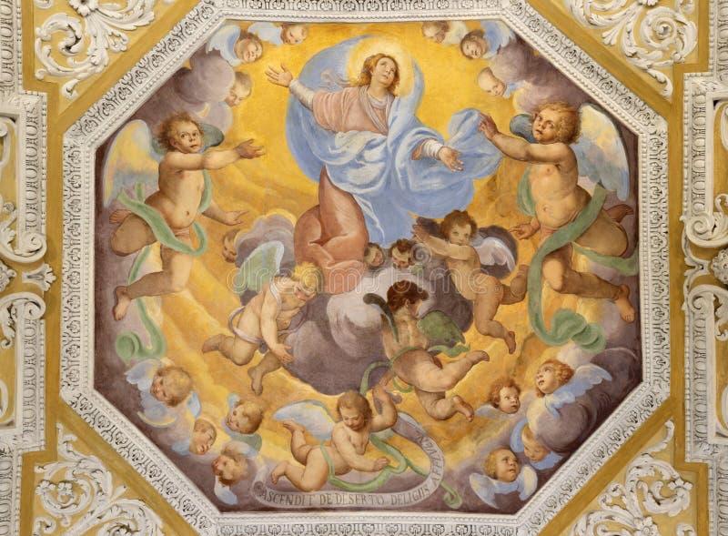 OSSUCCIO, ITALIA, 2015: El fresco barroco de la Asunción de la Virgen María en la iglesia del Sacro Monte della Beata Vergine del fotografía de archivo libre de regalías