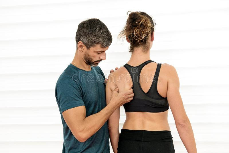 Ostéopathe effectuant une évaluation de la lame d'épaule images libres de droits