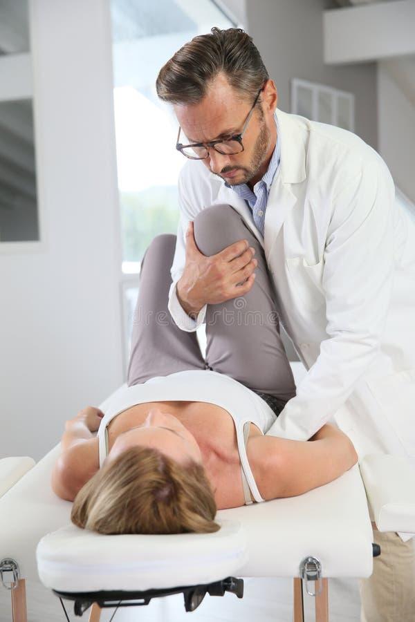 Ostéopathe faisant des manipulations sur le patient image libre de droits