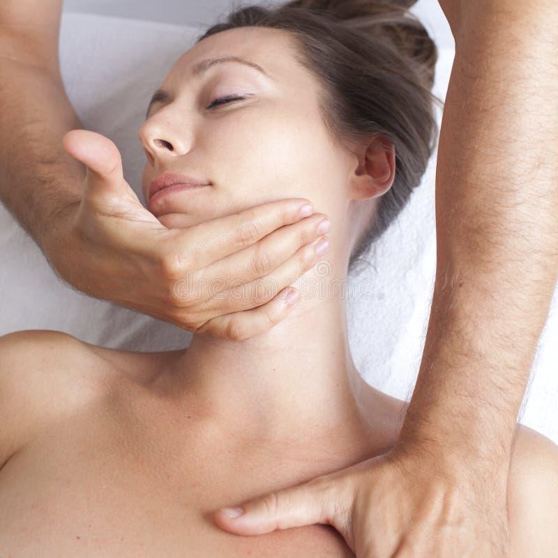 Ostéopathie avec la manipulation cervicale image libre de droits