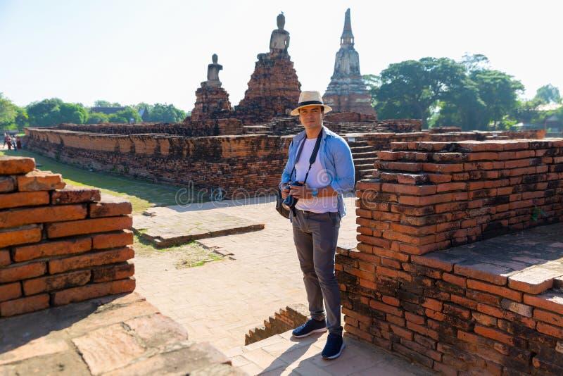 Ost-Asien-Sommerferien Kaukasischer Manntourist von der Rückseite, die Wat Chaiwatthanaram-Tempel betrachtet Touristische Reise m stockfotografie