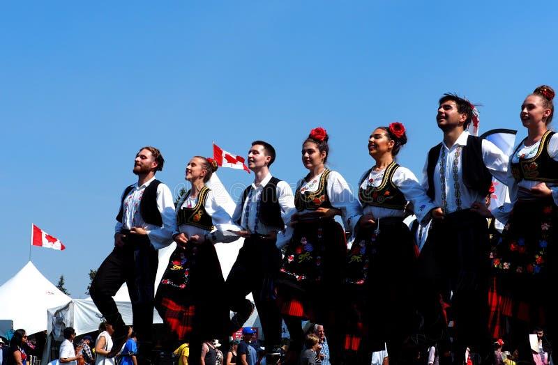 Ost - europäische Tänzer im Trachtenkleid lizenzfreie stockfotos