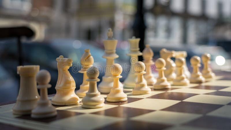 OST- GRINSTEAD, WEST-SUSSEX/UK - 18. AUGUST: Schachspiel draußen lizenzfreie stockfotos