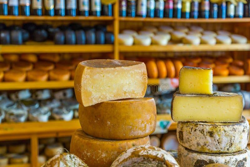 ost heads på räknaren i ett gastronomiskt lager royaltyfri fotografi
