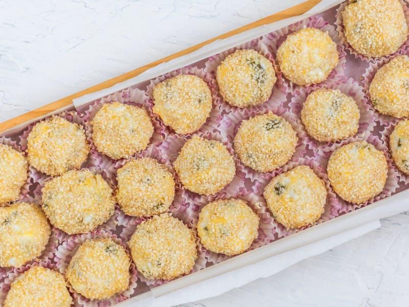 Ost klumpa ihop sig med ost, ägget, vitlök, oliv och sesamfrö arkivfoton