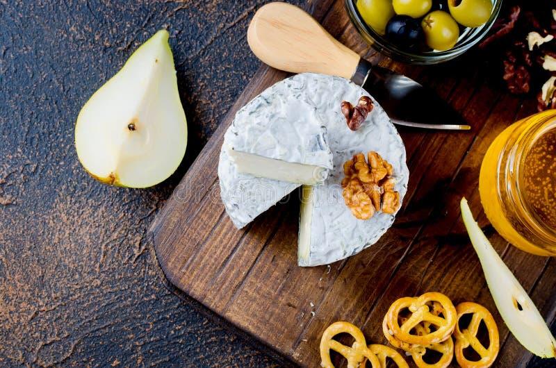 ost med formen med bär, mellanmål och vin royaltyfri bild