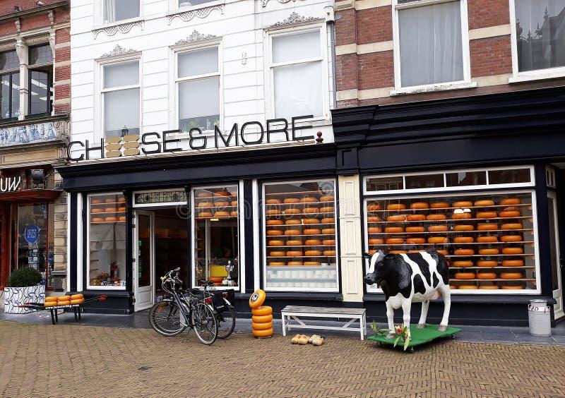 Ost och mer shoppar, holländsk ost shoppar i delftfajans, Nederländerna arkivbild