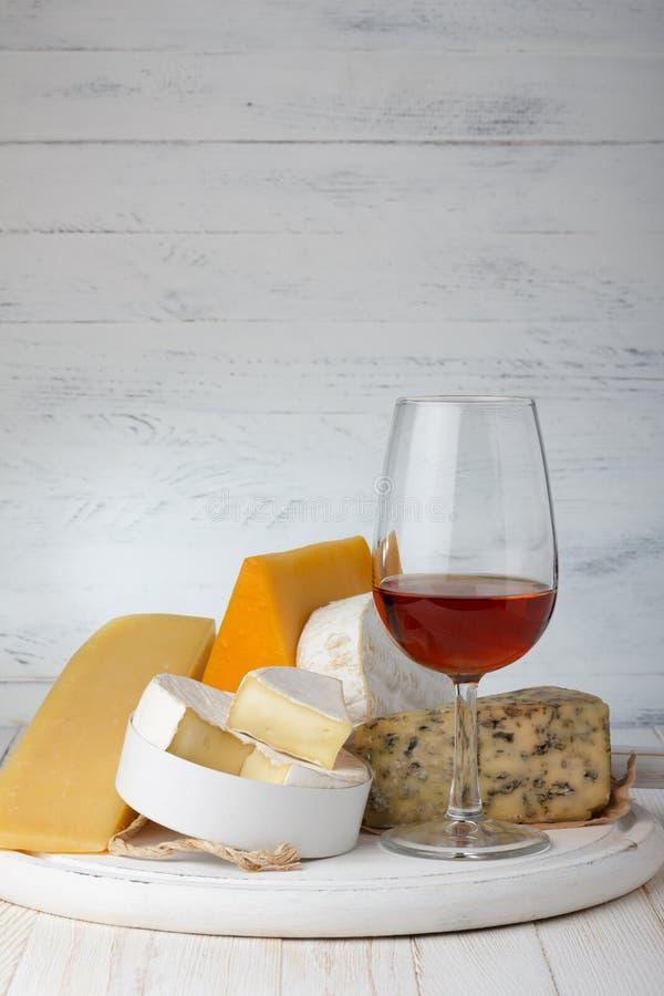 Ost och rött vin arkivfoton