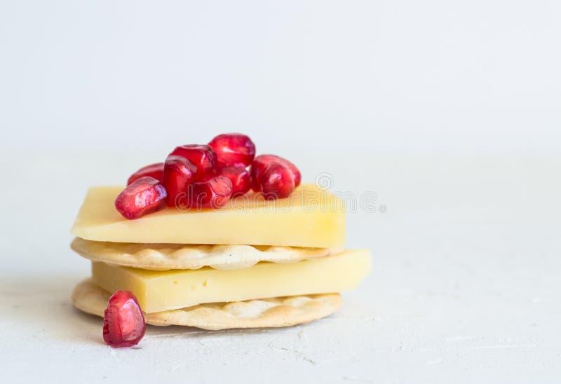 Ost och smällare med pomagranatefrö på lantlig wh royaltyfria bilder