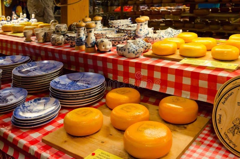 Ost och souvenir shoppar på den traditionella fabriken för holländsk ost, Amsterdam, Nederländerna arkivfoton